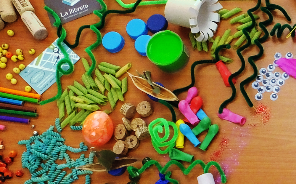 Materiales coloridos dispuestos sobre la mesa