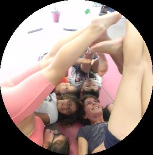 Niños y profe haciendo yoga